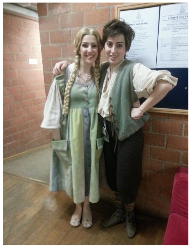 Le nostre protagoniste pronte per salire in palcoscenico! Francesca Sassu (Gretel) e Sofia Koberidze (Hänsel)